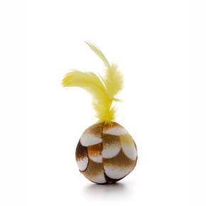 Plyšový míček sežlutým pírkem, hračka